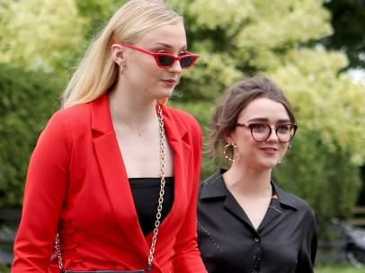Sophie Turner y Maisie Williams