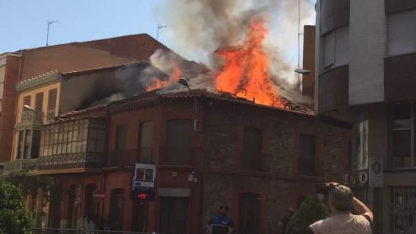 León.- Edificio en llamas en La Bañeza