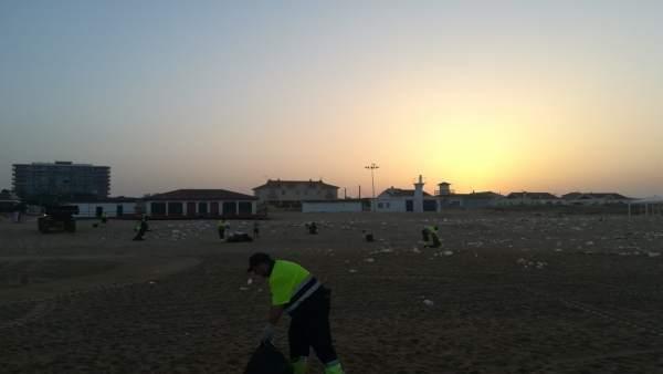 Efectivos trabajan en la playa de Punta Umbría tras la Noche de San Juan