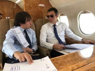 Sánchez, con gafas de sol dentro de su avión