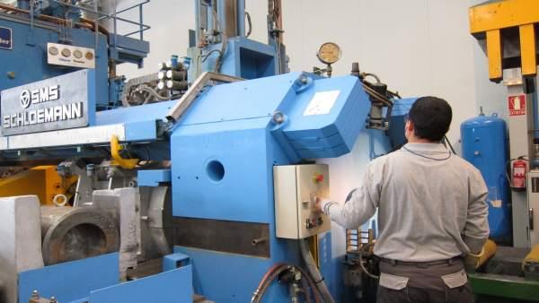 Operario manipulando una máquina en su trabajo.