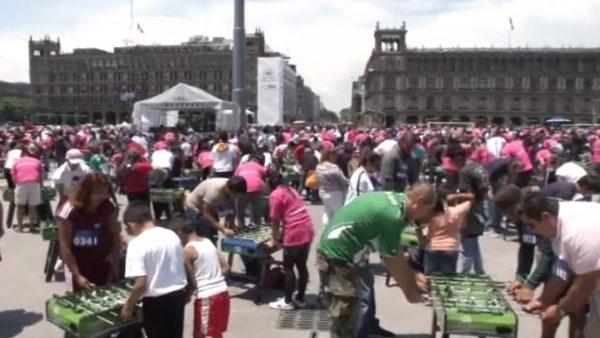 México bate el Guinness de personas jugando al futbolín