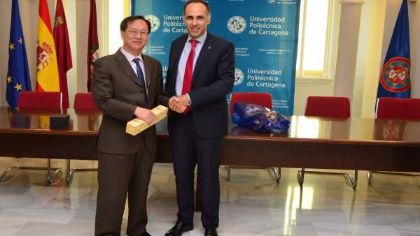 Imagen de la firma del acuerdo, en la UPCT