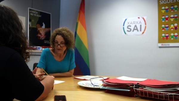 Una administrativa del SAI de Barcelona atendiendo a una usuaria.