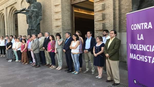 Concentración contra violencia machista en el Ayuntamiento de Zaragoza.