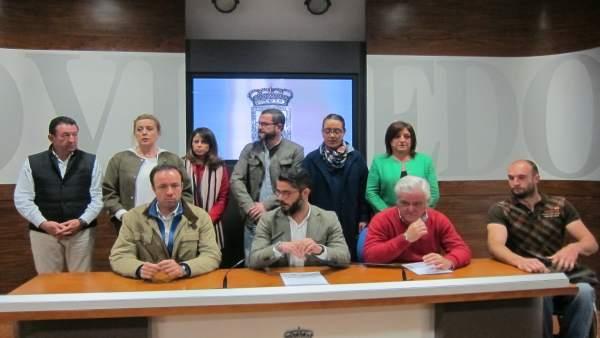 El grupo municpal del PP de Oviedo leyendo un comunicado de protesta.