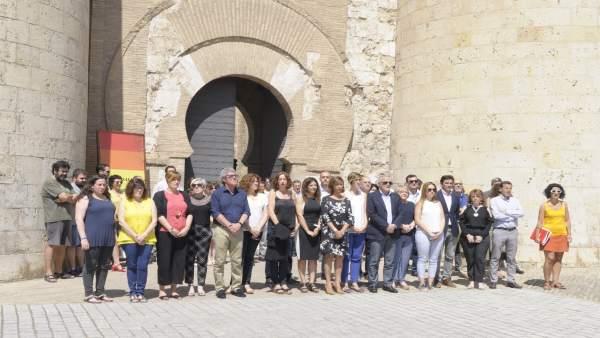 Minuto de silencio en repulsa por el asesinato de una mujer en Zaragoza.