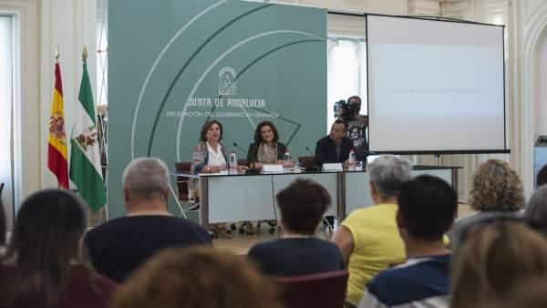 La consejera de Igualdad y Políticas Sociales, María José Sánchez, en el centro