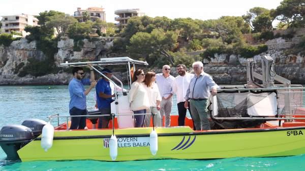 Armengol visita las barcas del servicio de limpieza del litoral
