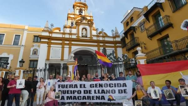 Concentración por la memoria histórica en la basílica de la Macarena de Sevill