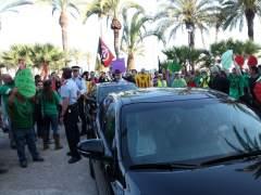 Los manifestantes recibiendo al ministro Cristóbal Montoro y a Alicia Sánchez-Camacho, del PPC, en Vilanova i la Geltrú (Barcelona) el 21 de mayo de 2014.