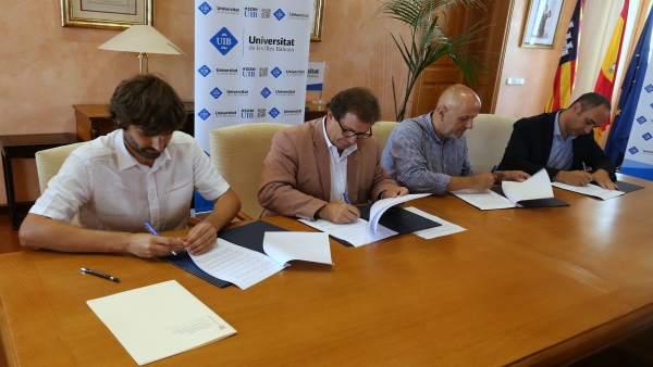 Firma del convenio para el anuario de la juventud en Baleares