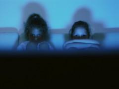 Más de 1,2 millones de menores ven la televisión entre las 22 y las 00
