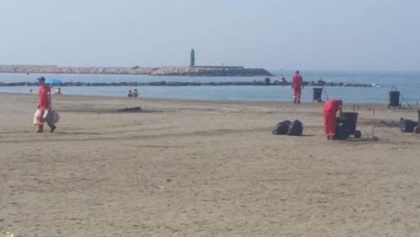 Efectivos realizan labores de limpieza en las playas de El Ejido
