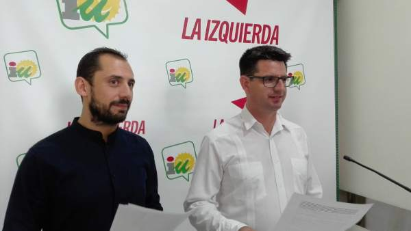 Sebastián Pérez (izca.) junto al coordinador provincial de IU, Pedro García