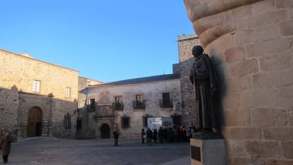 Turistas en la parte antigua de Cáceres