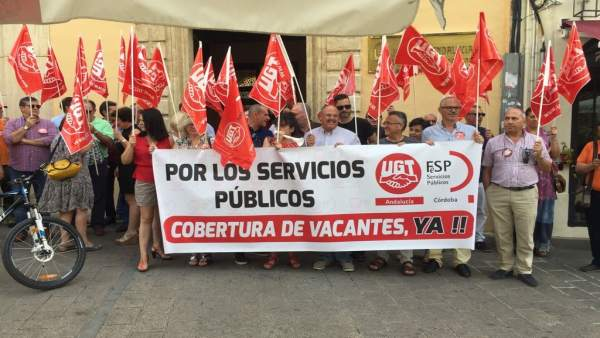 Sindicalistas de UGT ante la Delegación del Gobierno andaluz en Córdoba