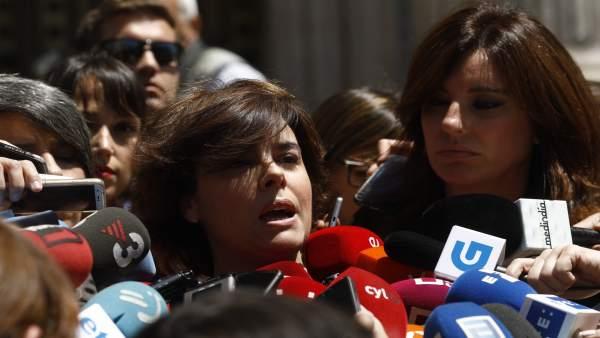 Soraya Sáenz de Santamaría atiende a los medios frente al Congreso