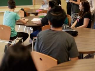 Varios alumnos en un aula.