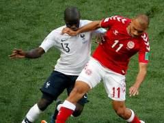 Braithwaite y Kanté pugnan por un balón durante el Dinamarca - Francia de Rusia 2018.