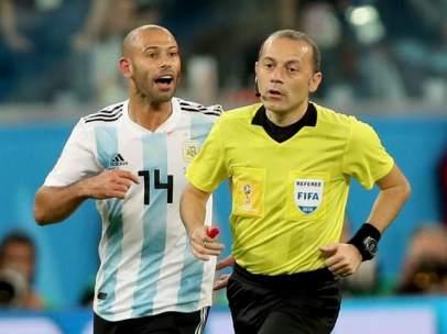 Javier Mascherano protesta una decisión al colegiado turco Cuneyt Cakir.