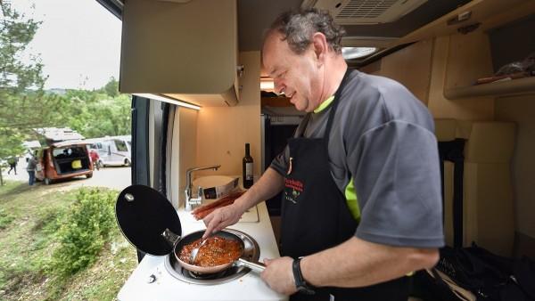 Las autocaravanas y campers disponen de todo lo necesario para cocinar: fuego, microondas, pila de fregar...