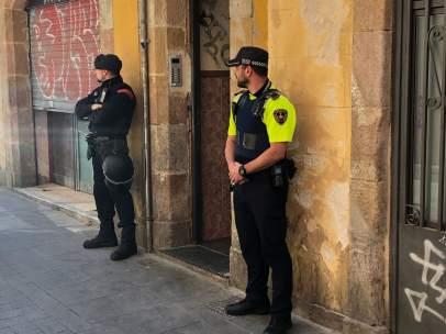 Dispositivo de Mossos d'Esquadra y la Guardia Urbana en un narcopiso del Raval