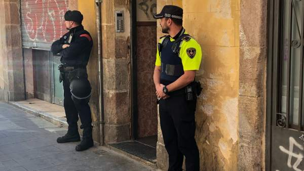 Dispositivo de Mossos d'Esquadra y la Guardia Urbana en un narcopiso del Raval.