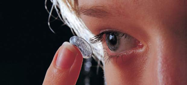 ¿Se pueden usar las lentillas en la piscina y en el mar? Estos son los motivos por los que se desaconseja