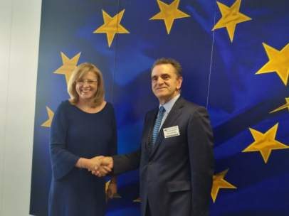Cretu, comisaria de Política Regional, saluda a Franco