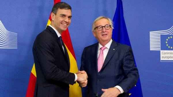Sánchez, con el presidente de la Comisión Europea, Jean Claude Juncker, en una reunión previa al Consejo Eurpeo.