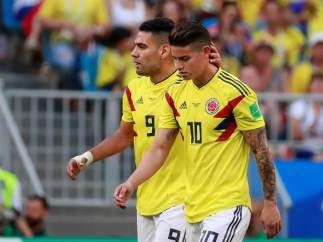 James Rodríguez es consolado por Radamel Falcao, durante el Colombia - Sengal.