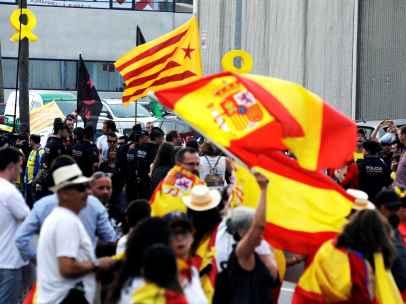 Manifestantes se concentran cerca del centro donde los Reyes Felipe VI y Letizia presiden la ceremonia de entrega de los Premios Fundación Princesa de Girona.