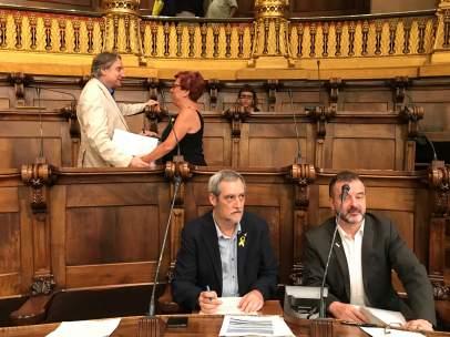 J.J.Puigcorbé en el pleno con los concejales de ERC tras su expulsión.