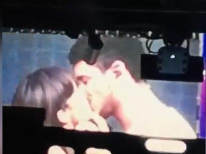 Beso de Aitana y Cepeda