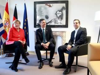 Sánchez, con Merkel y Tsipras en el Consejo Europeo.
