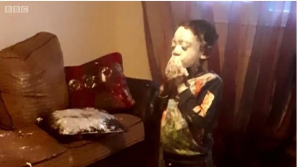 Niño inglés se pinta la cara con crema hidratante.