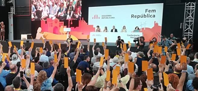 Los militantes de ERC votando la ponencia política del partido.