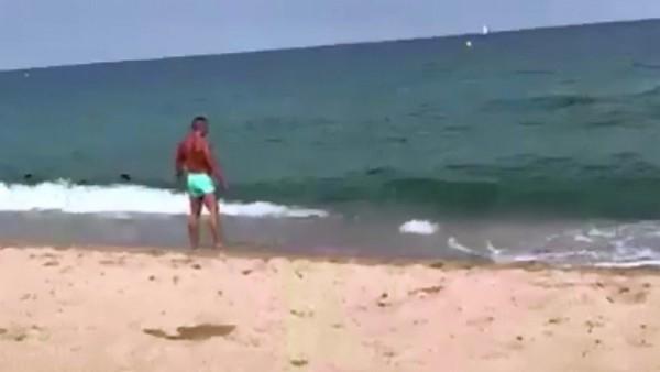 Vídeo viral de un bañista entrando al agua.