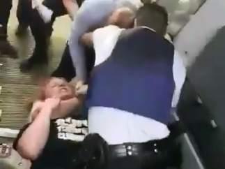 La policía desaloja a un pasajero después de que agrediera a un azafato.