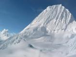 Pico Alpamayo en los Andes
