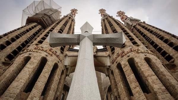 Cruz maciza instalada en la fachada de la Passió de la Sagrada Familia.