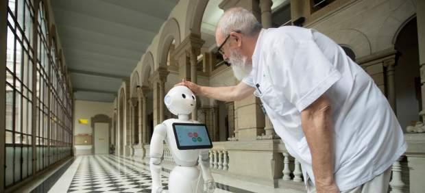 El doctor del Hospital Clínic de Barcelona Joan Escarrabell durante la presentación del robot Pepper, que puede hablar con los pacientes en 21 idiomas y detectar si están tristes o contentos por los gestos de su cara.