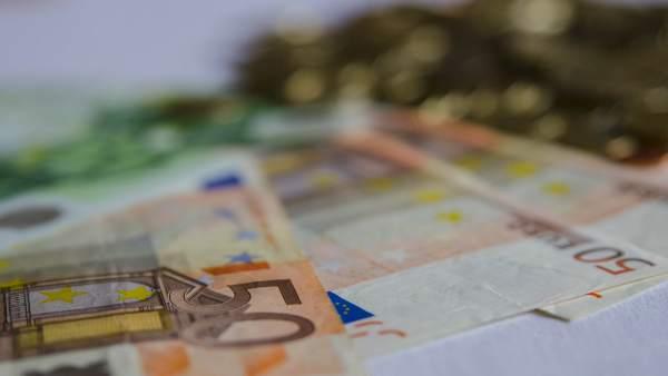 Dinero en monedas y billetes
