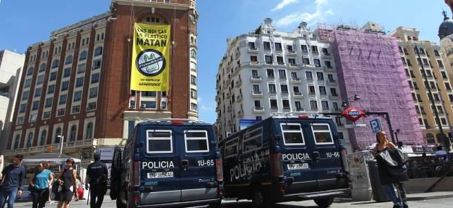 Greenpeace ha desplegado su pancarta en Gran Vía.
