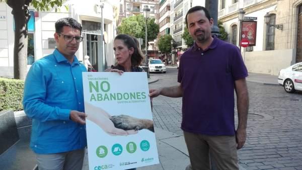 García (izda.), con el gerente de Sadeco y una veterinaria del CECA