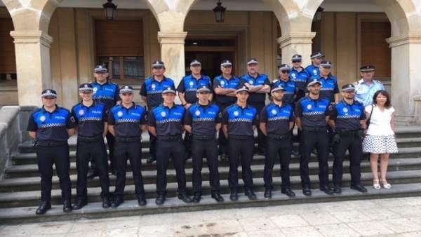 En la fila de abajo, los nuevos agentes junto a la concejal de Seguridad