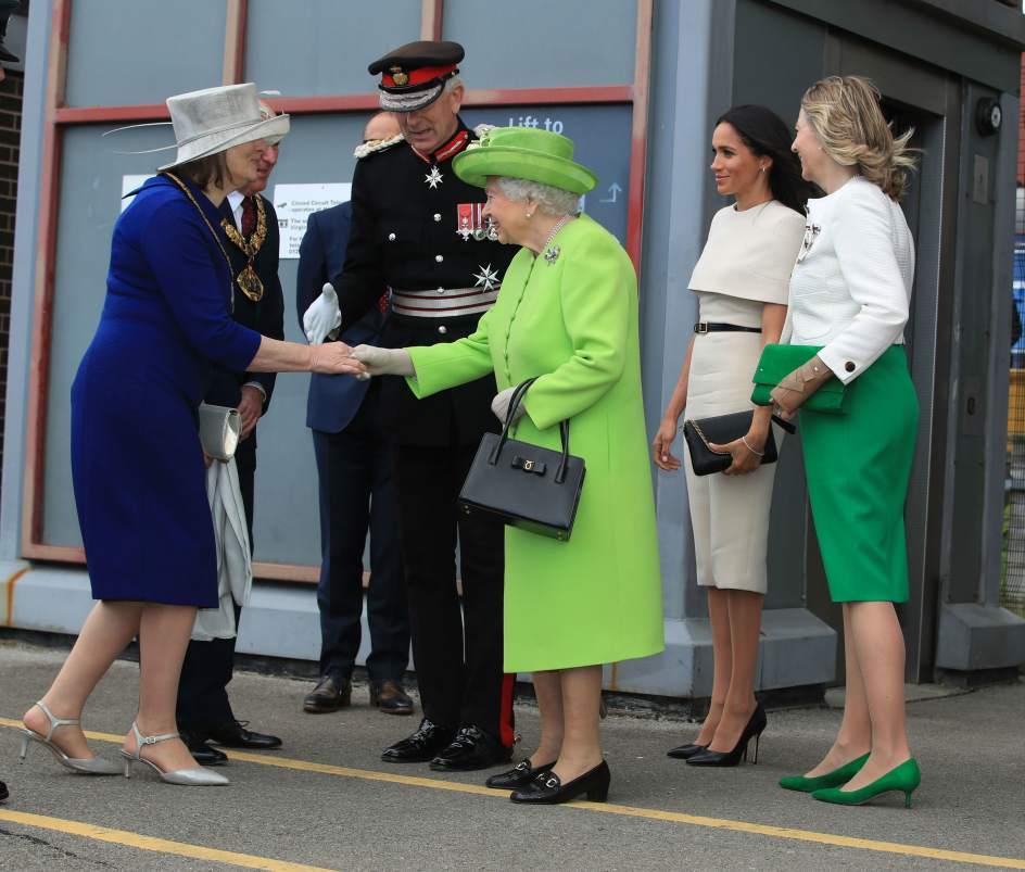 La reina utiliza su bolso para enviar mensajes. Cuando Isabel II se lo cambia de mano está enviando una señal: necesita urgentemente que la rescaten de una conversación.