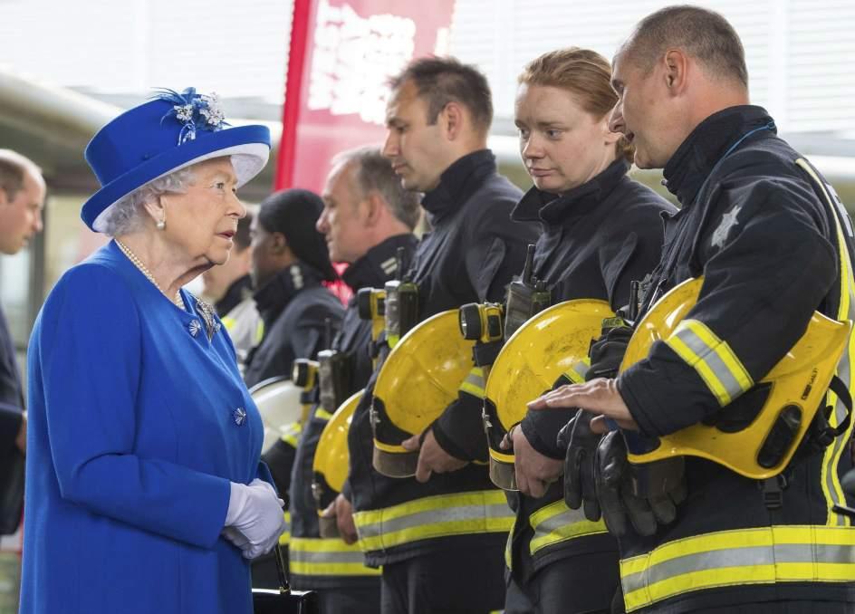 Isabel II siempre utiliza colores llamativos. Aunque la reina es muy fan del color, la razón por la que viste de colores llamativos es para que la gente y su equipo de seguridad puedan identificarla entre la multitud.