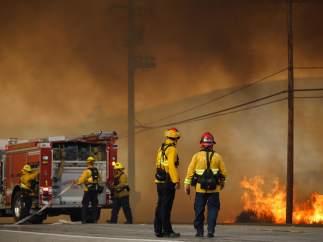 Los bomberos luchan por contener un incendio en una imagen de archivo.
